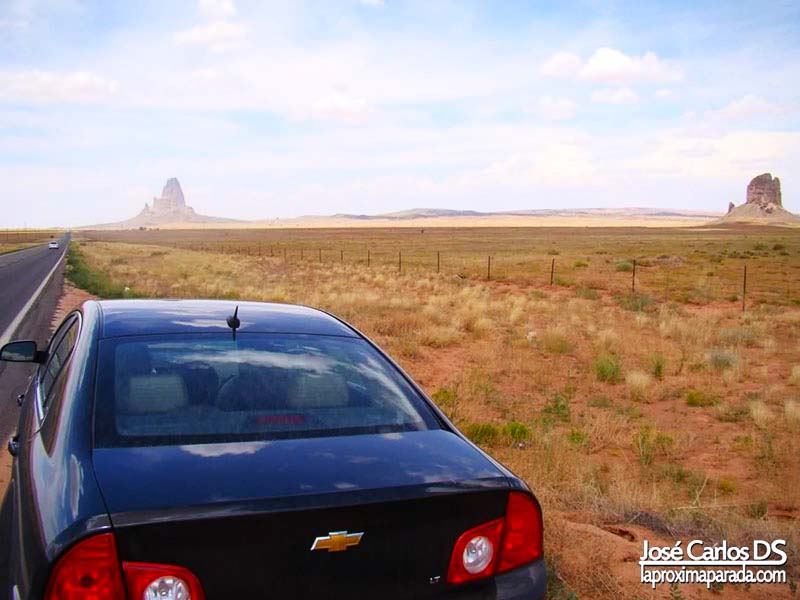 Coche en carretera rumbo a Monument Valley