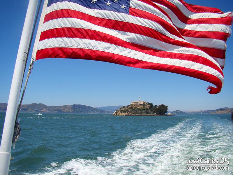 Isla de Alcatraz en San Francisco bajo bandera de USA