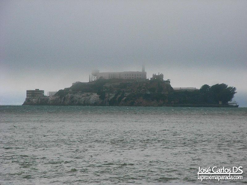 Isla de Alcatraz sobre la Niebla San Francisco