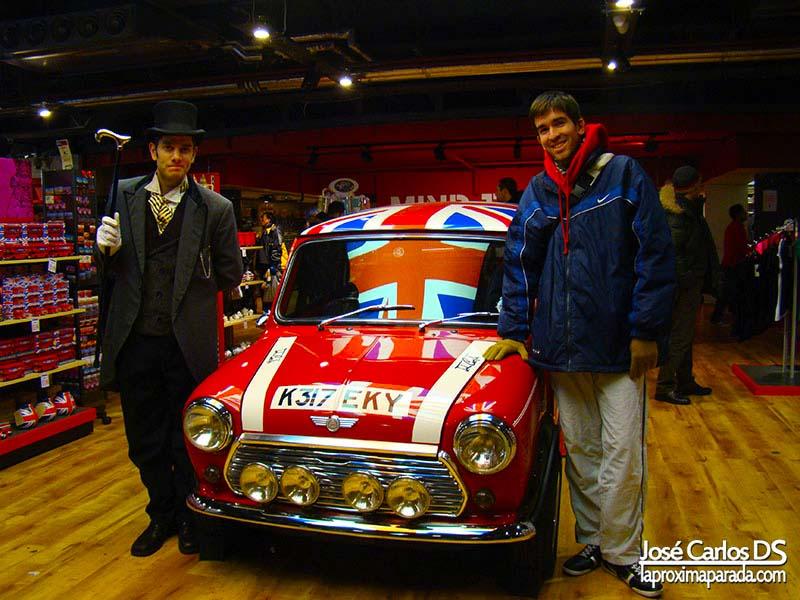 Caballero Inglés en Tienda Souvenirs Piccadilly Circus
