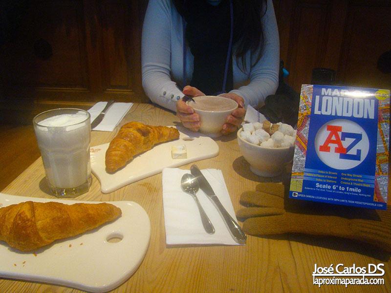 Desayuno Croissant y leche en Londres
