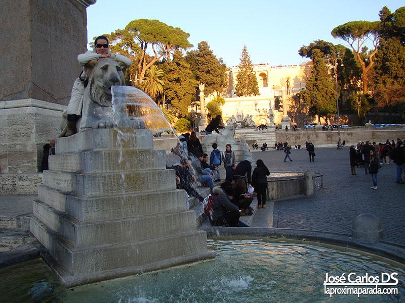 Fuente Leones en la Plaza del Popolo