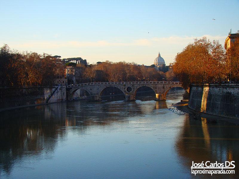 Rio Tiber con Vaticano al fondo