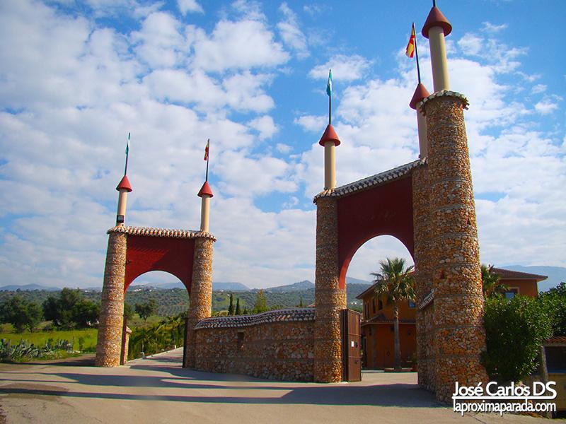 Torreones entrada Complejo turístico Las Mayoralas, Periana