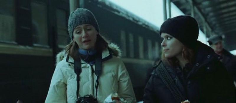 Jessie (Emily Mortimer) Abby (Kate Mara) en Transsiberian