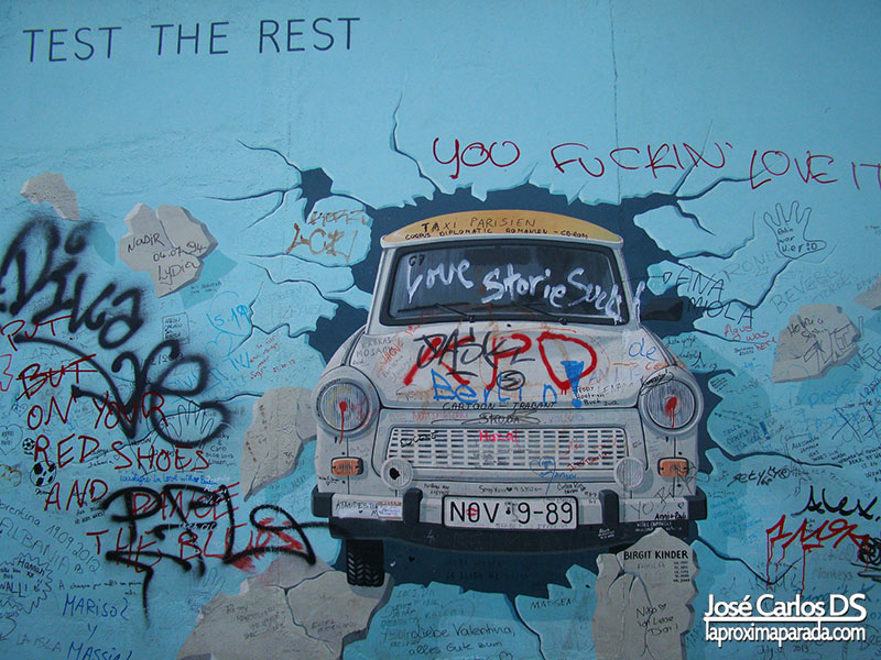 Trabant en East Side Gallery Muro Berlin