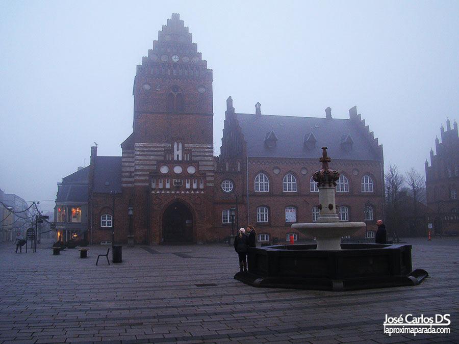 Ayuntamiento Roskilde entre niebla