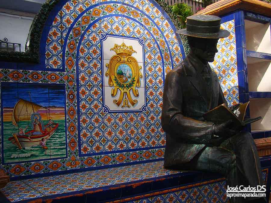 Escultura lector en Paseo de las Palmeras